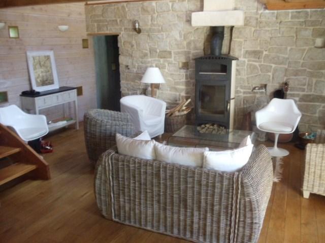 Le salon avec son poêle à bois (autre vue)